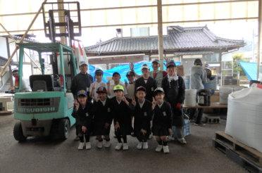 水稲籾播き、小学生見学。